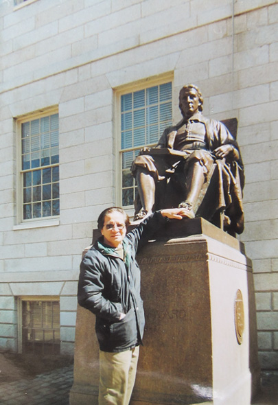 Trần Văn Thủy with a statue in Harvard University.
