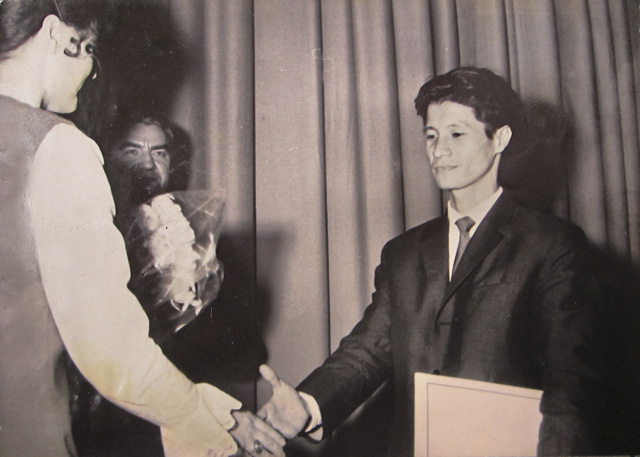 Trần Văn Thủy receiving the Silver Dove Award at the 1970 Leipzig Film Festival.